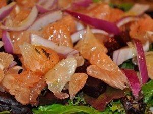 Salotų, burokėlio ir greifruto salotos