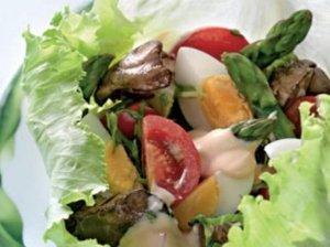 Salotos su vištienos kepenėlėmis ir šparagais