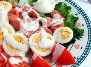 Lašišos salotos su kiaušiniais