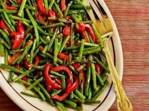 Šparaginių pupelių ir raudonų paprikų salotos