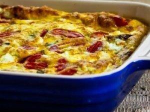 Apkepas su paprika, pomidorais ir fetos sūriu