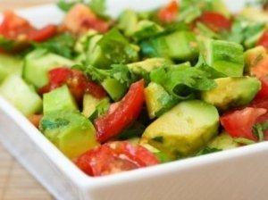 Puikios pomidorų ir avokadų salotos