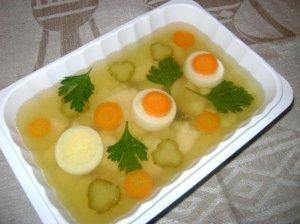 Žuvis drebučiuose su daržovėmis