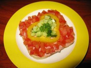 Sumuštinis su kepenų paštetu ir daržovėmis