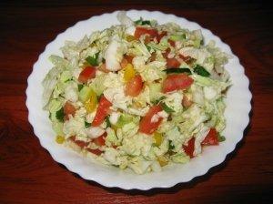 Įvairių daržovių salotos