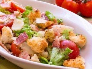 Kumpio salotos su skrebučiais ir sūriu