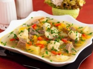 Daržovių sriuba su mėsos gabaliukais