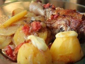 Orkaitėje keptos vištų blauzdelės ir bulvės