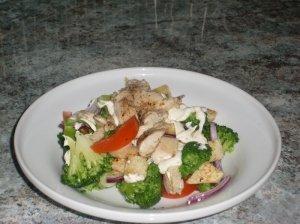 Brokolių salotos su kepta vištiena