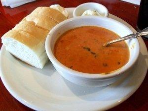 Trinta pomidorų sriuba su bazilikais