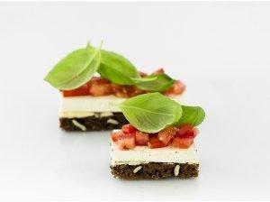 Užkandis su varškės sūriu ir pomidorais