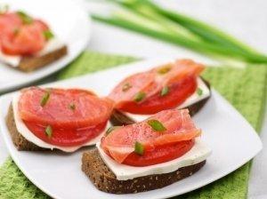 Sumuštiniai su lašiša, pomidoru ir mocarela