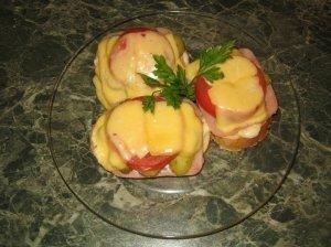 Karšti sumuštiniai su pomidorais ir agurkėliais