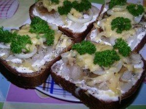 Silkės sumuštinukai su sūriu