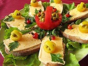 Kvietinės duonos sumuštiniai su sūriu