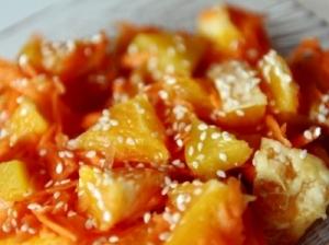 Morkų, apelsinų ir persikų salotos