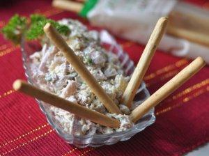 Salotos su rūkyta vištiena, sūriu ir riešutais