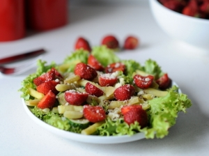 Šparaginių pupelių ir braškių salotos