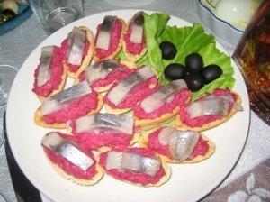 Sluoksniuotos tešlos sumuštinukai su silke