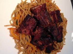 Kiniška sojos ir medaus kiauliena su spageti