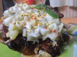 Kepsniai su marinuotų agurkėlių ir džiovintų daržovių padažu
