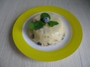 Šaltas varškės desertas su abrikosais, mėlynėmis ir šokoladu