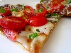 Tartas su pistou padažu/sūrio kremu  ir glazūruotais pomidorais