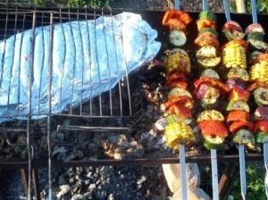 Folijoje ant grilio keptas karpis su daržovėmis