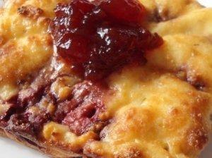 Braškių apkepas su sūriu ir sausainiais