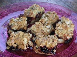 Trupininis pyragas su agrastų džemu ir traškia migdolų plutele