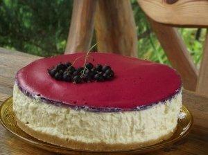 Nekeptas maskarponės sūrio tortas su baltuoju šokoladu ir uogų putėsiais