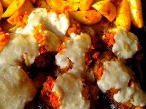 Karbonadas su keptomis daržovėmis ir sūriu