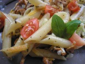Šaltos makaronų salotos su pomidorais