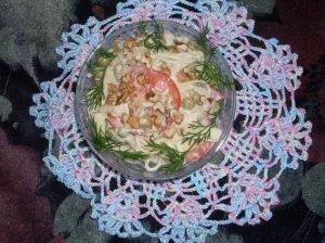 Makaronų salotos su graikiniais riešutais