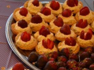Varškės ir braškių pyragėliai