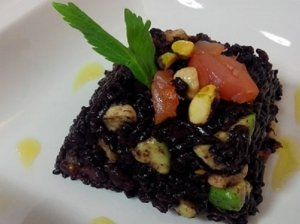 Lašišos tartas su avokadais ir laimu patiekiamas su juodaisiais ryžiais