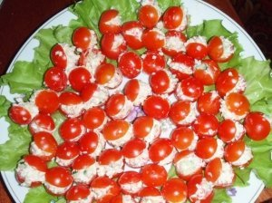 Pomidorai įdaryti krabų lazdelėmis