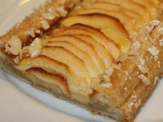 Sluoksniuotas obuolių pyragas su cinamonu
