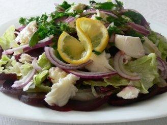 Burokėlių salotos su mocarelos sūriu ir rausvaisiais svogūnais