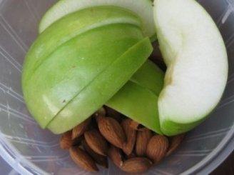 Obuolių lazanija su migdolų gaidele