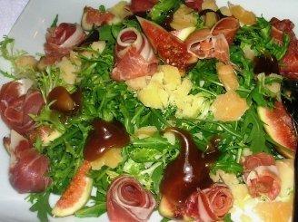 Gražgarsčių salotos su figomis, sūriu ir karameliniu padažu