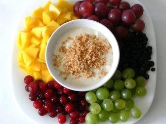 Vaisių ir uogų salotos su pieniškais irisais