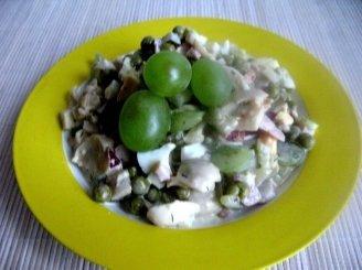 Salotos su vištiena, pievagrybiais, vynuogėmis