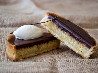 Tartos su pienišku šokoladu ir migdolų kremu