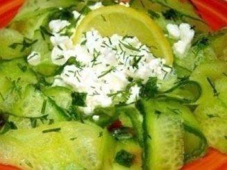 Salotos su grūdėta varške ir agurkais