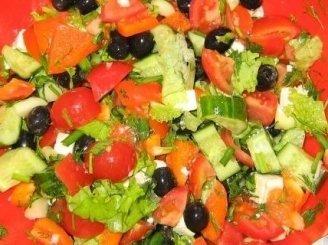 Salotos su daržovėmis ir fermentiniu sūriu