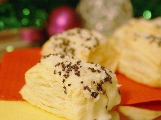 Sluoksniuotos tešlos pyragačiai su kremu