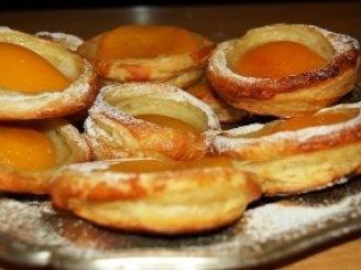 Sluoksniuotos tešlos pyragaičiai su persikais