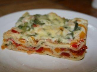 Daržovių lazanija su sūrio ir špinatų padažu