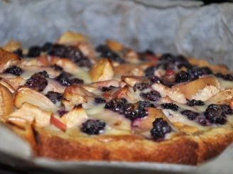 Obuolių pyragas su juodaisiais serbentais